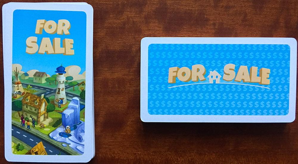 I due mazzi in gioco: a sinistra le carte Casa, a destra gli Assegni.