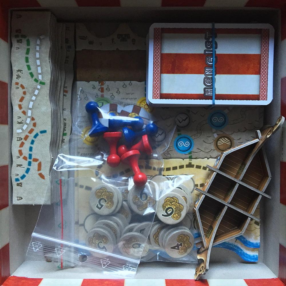 L'interno della scatola, con gli elementi per comporre la plancia modulare, le carte, le pedine e, soprattutto, il temibile drakkar!