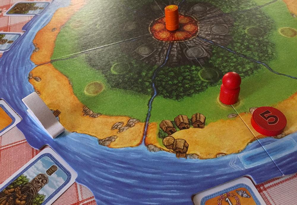 Il giocatore rosso piazza il gettone 5 sulla spiaggia e muove il suo sciamano nella pianura adiacente.