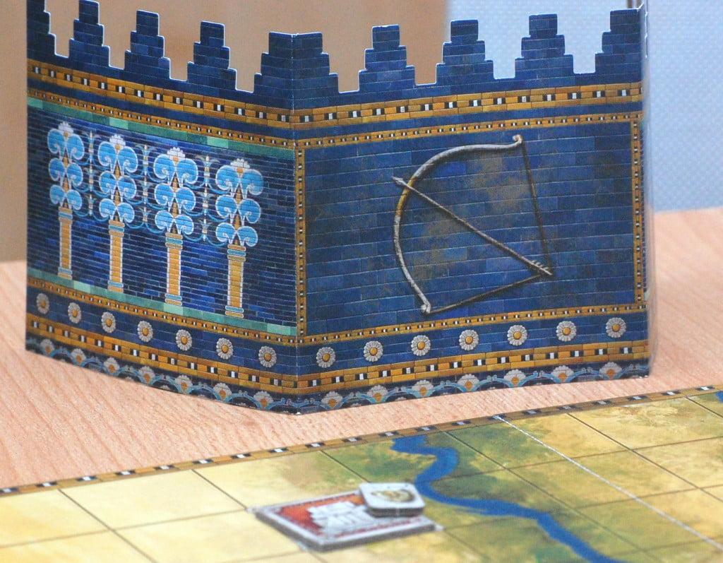 il siparietto riporta ben visibile il simbolo della fazione del giocatore.