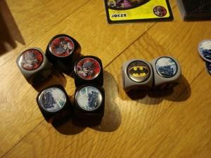 """I dadi di Batman: usiamo la Batmobile grigia per """"bloccare"""" un colpo e ritiriamo gli altri 5 dadi."""