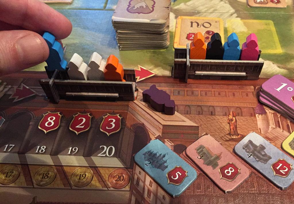 Il giocatore decide di aggiungere un consigliere azzurro sul balcone del re, e così facendo ne fa (de)cadere uno viola.