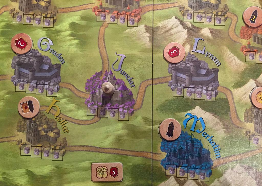 Il re può essere spostato a piacere (pagandolo, ovviamente), seguendo le strade indicate sulla mappa.