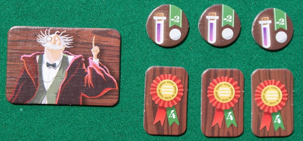 """Le tessere speciali: a sinistra il Primo Giocatore, in alto gli """"aiutini"""" ed in basso le tessere """"abilità"""")"""