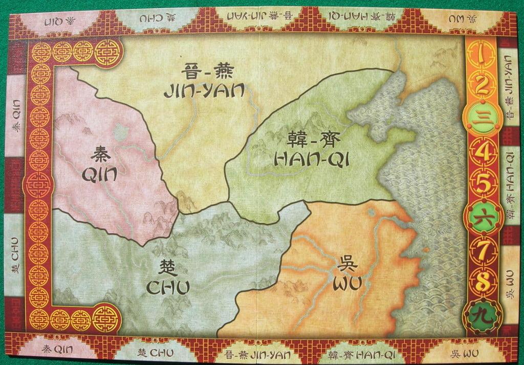 Il tabellone, sul quale si notano le 5 regioni della Cina e le corrispondenti postazioni per le carte