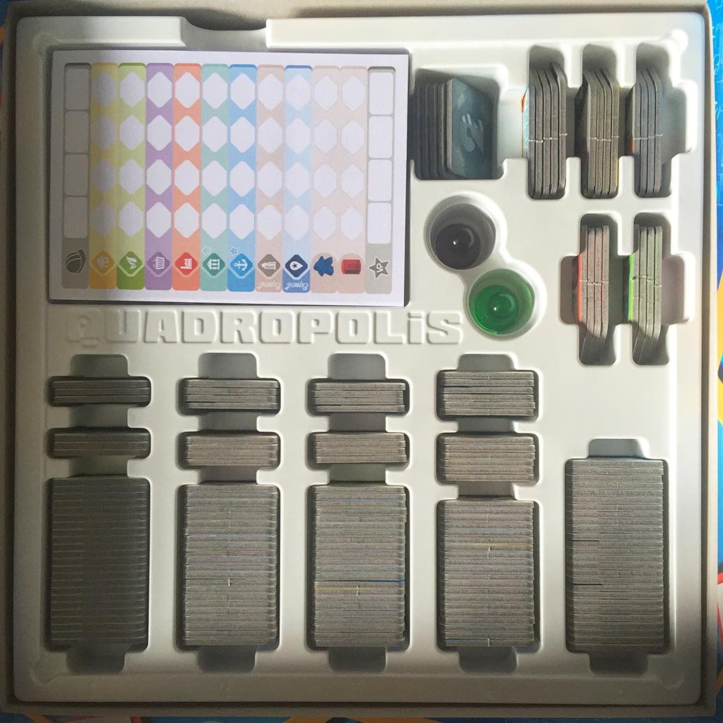 L'interno della scatola, con l'elegante e pratico organizer in plastica bianca.