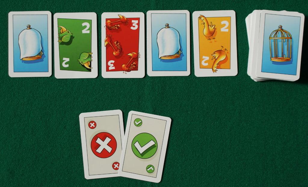 Una possibile sequenza di carte giocate sul tavolo. Notare che il mazzo mostra una gabbia aperta quindi il giocatore, se ha già pescato, dovrà posare una carta scoperta.