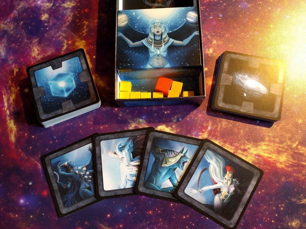 Unboxing: due mazzi di carte, 9 pedine in legno, 4 carte divinità maggiore...