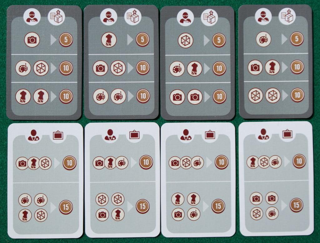 Le tessere obiettivo. La prima in alto a sinistra, per esempio, dice che il giocatore che ha venduto una fotografia guadagna 5 monete. Se ha venduto un quadro e un'opera grafica (e/o due statue) guadagna 10 monete.