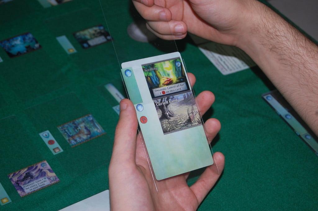 Il card building è semplice e sicuro (non mette a rischio l'integrità del gioco). Le sleeves necessarie sono fornite insieme al gioco: quando valuterete il costo di acquisto, tenete presente che non avrete questo costo aggiuntivo.