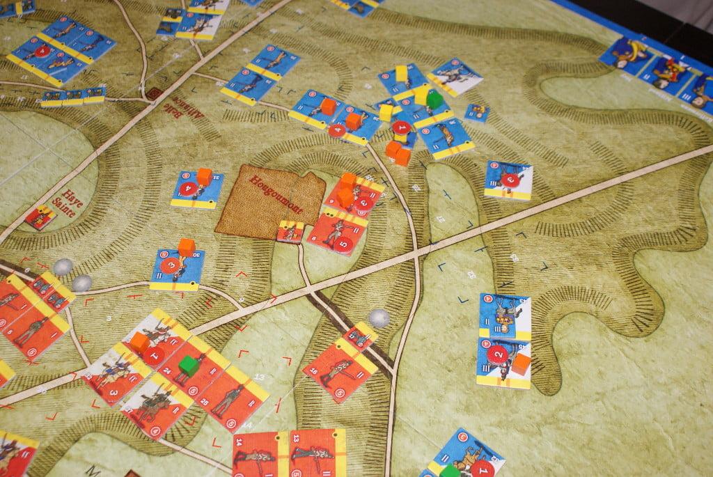 L'attacco dei veterani inglesi al centro. Notare i cubetti gialli delle unità in disordine