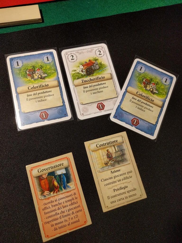 Mossa di apertura: il giocatore nero scegli di costruire lo zuccherificio, approfittando dello sconto paga solo una carta. Spera che il giocatore rosso senza bonus non abbia carte buone da costruire!