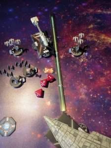 La fregata Nebulon schiva in parte con la sua agilità (segnalino Eludere) la temibile bordata dello Star Destroyer