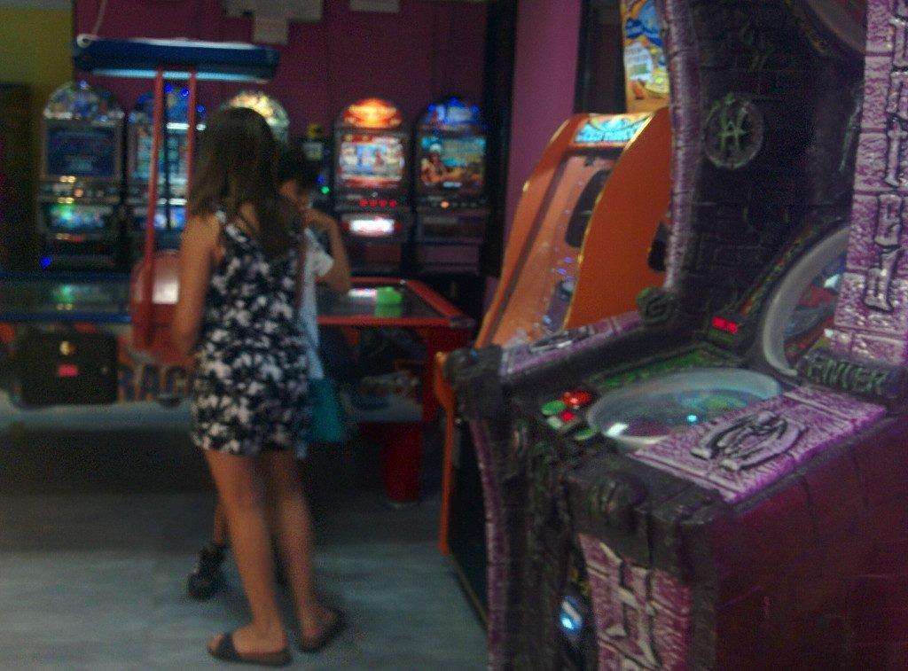 I pericoli della promiscuità: le slot machine senza alcuna differenziazione dalle normali attrazioni confondono gli utenti.