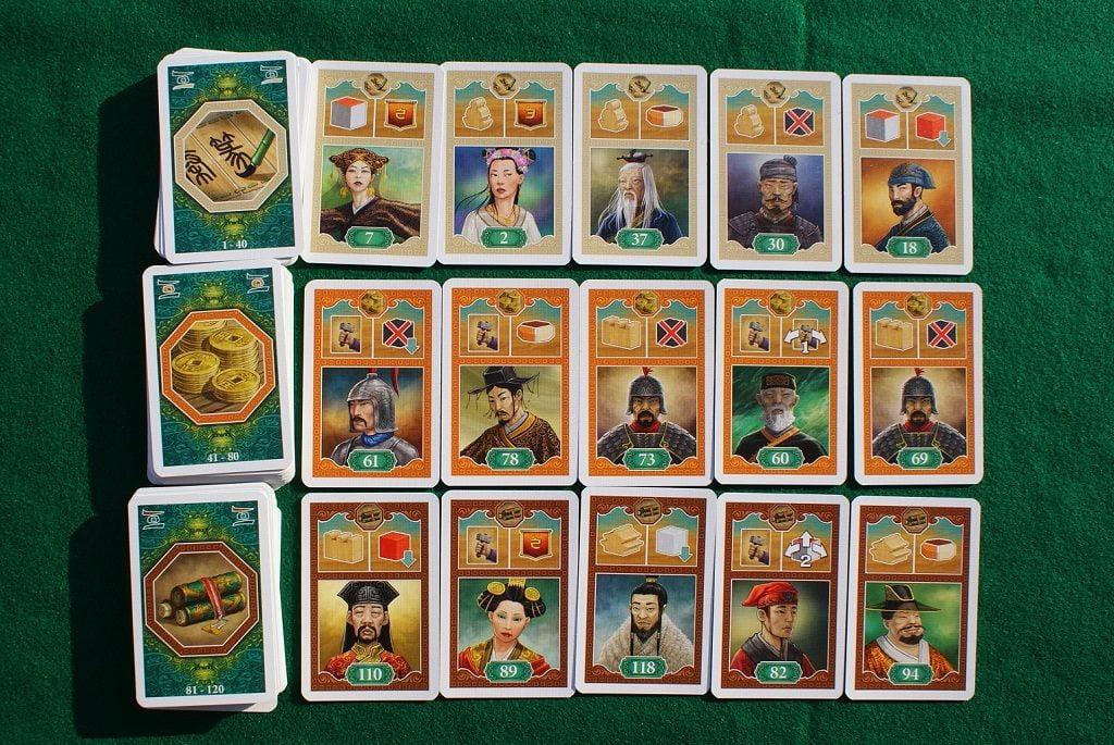 """Le carte in gioco: in alto le carte """"Avorio"""", al centro quelle """"Arancione"""" ed in basso quelle """"Marrone"""". Tutte hanno la stessa struttura, ma cambiano i numeri."""