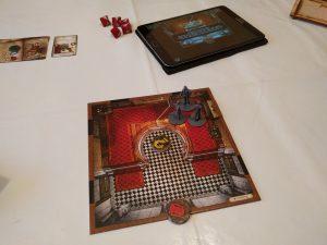 Tipico inizio di partita, con gli investigatori tutti insieme e una sola tessera mappa rivelata.