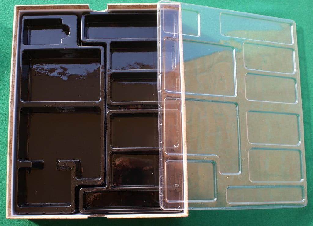 L'interno della scatola ed il termoformato col coperchio