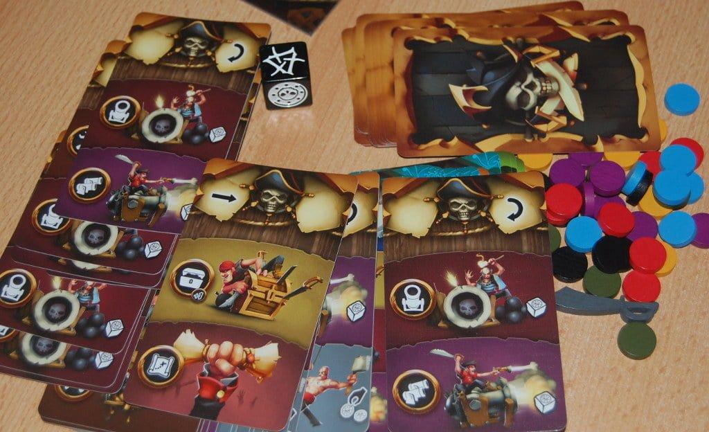 Carte Azione, pedine e dado combattimento.