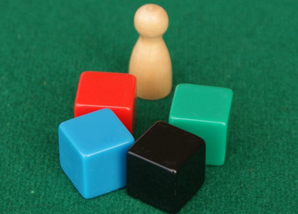 Il segnalino del turno ed i dadi per la determinazione dell'ordine