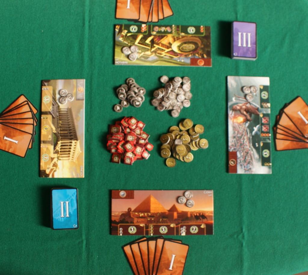 Il tavolo pronto per una partita a quattro