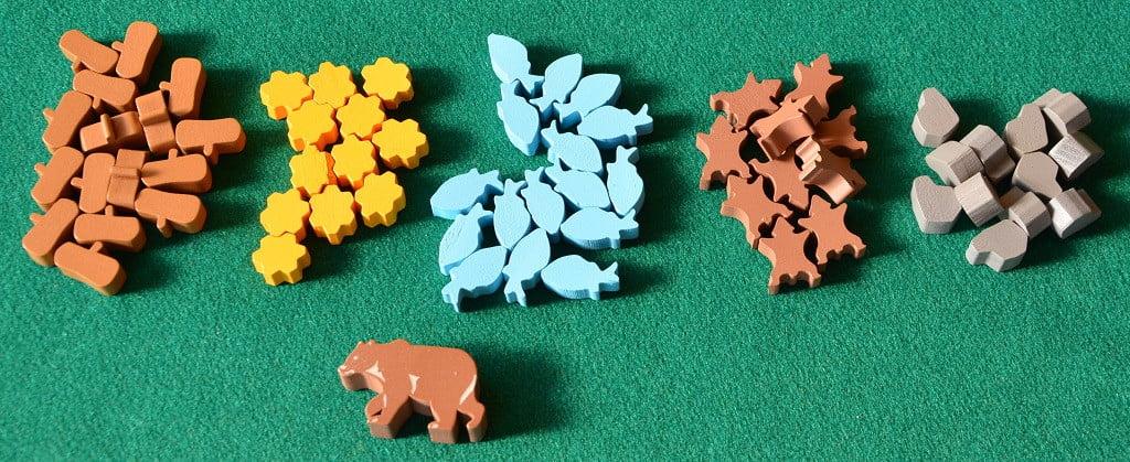I cinque tipi di risorse del gioco e l'orso russo che indica il primo giocatore