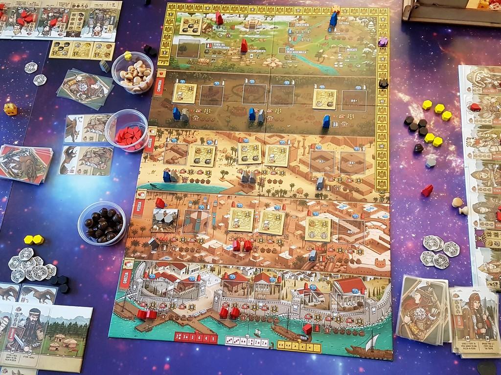 Il tabellone a partita appena conclusa: il gioco termina quando ci sono solo più due missioni o due luoghi da saccheggiare, dopo un turno conclusivo.