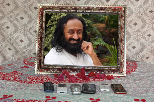 Sri Sri Ravi Shankar suggests charging Mobile Phones in front of his Picture – 18 Feb 13