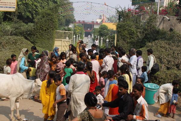 Pilger-Tag in Vrindavan – Verteilen von Kartoffeln und Tattoos auf der Straße – 29 Okt 09