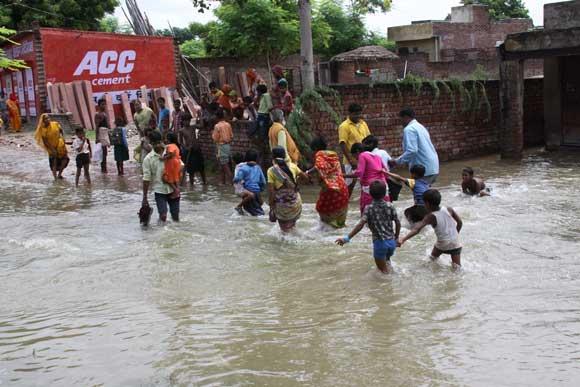 Wasser der Yamuna fließt in Vrindavan – 26 Aug 10