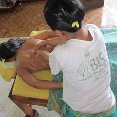 Bali BISA trainer showing muscles on the back to students