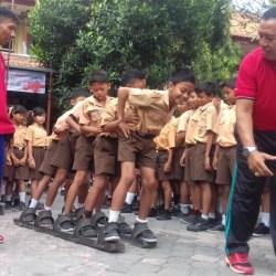 """KOTI Bali Ajarkan Siswa SDN 2 Ubung Olahraga """"Enggrang"""" dan """"Terompah"""""""