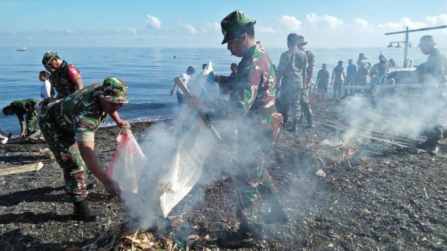 Jelang Hari Juang Kartika 2018, Dandim Buleleng Pimpin Kerja Bhakti Pembersihan di Pura Segara