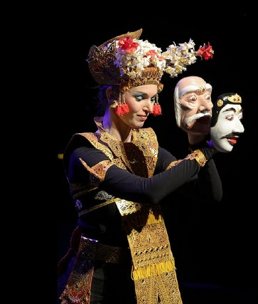 Op Bali geinspireerde maskerdans, choreografie en dans: Aafke de Jong, muziek: Wouter Muller, gedicht: G.J. Resink i.o.d. de Stichting Indisch Erfgoed