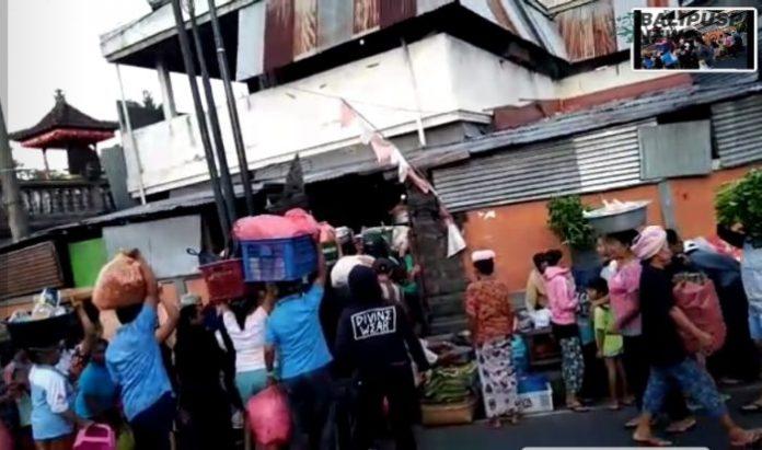 Dagang bubur, tipak santok dan masakan yang kerap berjualan di Pasar Satria Desa Paksebali, Dawan, Klungkung bangkrut akibat pembatasan jam pasar akibat dampak dari COVID -19
