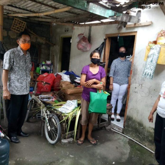 Penyerahan bantuan sembako kepada keluarga kurang mampu terdampak Covid 19 di Kota Denpasar, Senin (6/4)