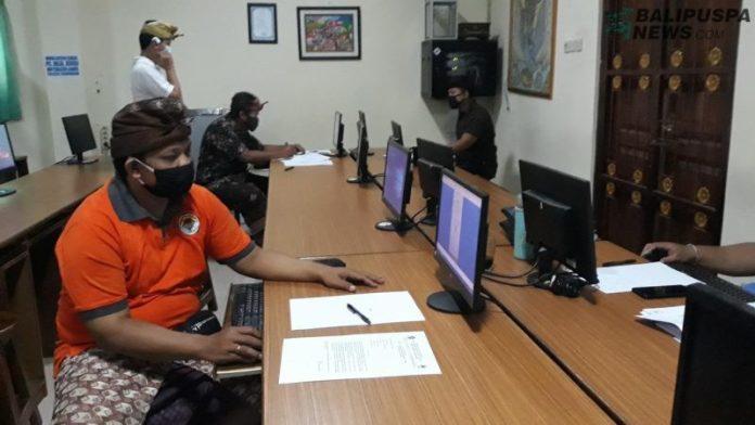 Situasi PPDB di SMPN 1 Denpasar, tampak operator sekolah bertugas mengecek berkas pendaftaran, Kamis (18/6/2020).