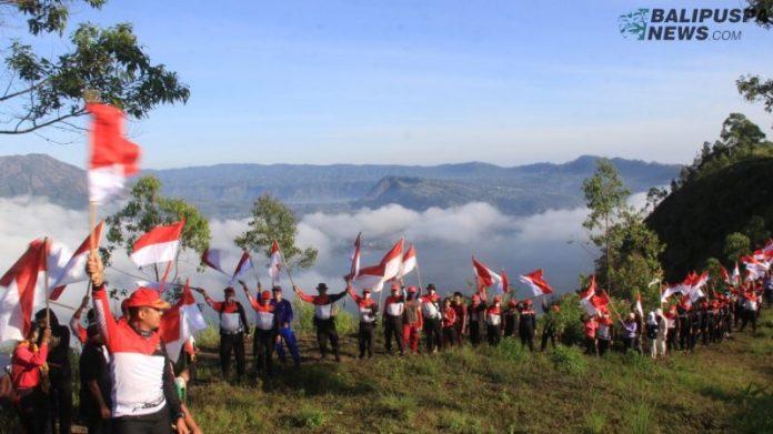 Peringati hari kemerdekaan RI, Polres Bangli kibarkan 75 bendera merah putih di Puncak Gunung Abang
