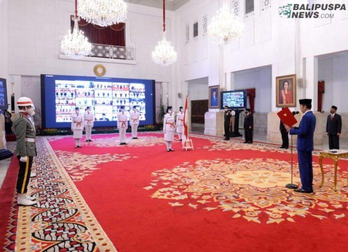 Presiden Joko Widodo mengukuhkan para pelajar SMA yang menjadi anggota Pasukan Pengibar Bendera Pusaka (Paskibraka) 2020. Pengukuhan tersebut berlangsung di Istana Negara, Jakarta, Kamis (13/8/2020).