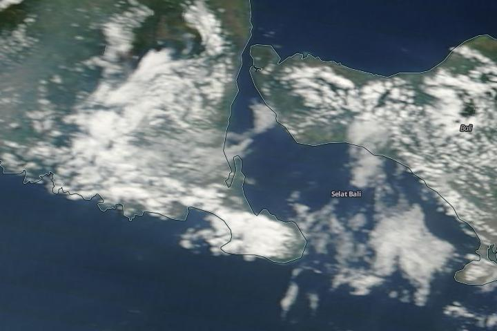 picture of ash cloud over Bali