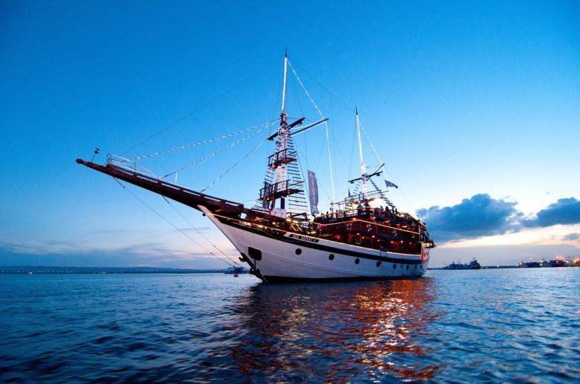 dinner pirate cruise
