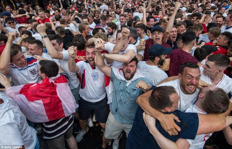 4E02CC5300000578-5928365-England_fans_in_Croydon_s_Boxpark_go_wild_as_Deli_Alli_heads_hom-a-13_1530978101946