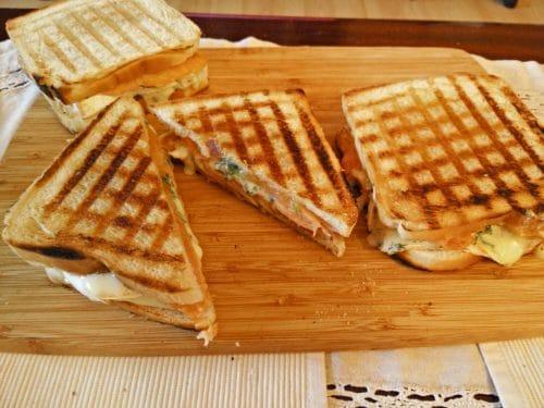 Sandwich mit Räucherlachs, Camembert und Feigen