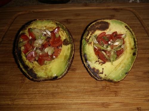 Avocado gegrillt mit Tomatensalsa