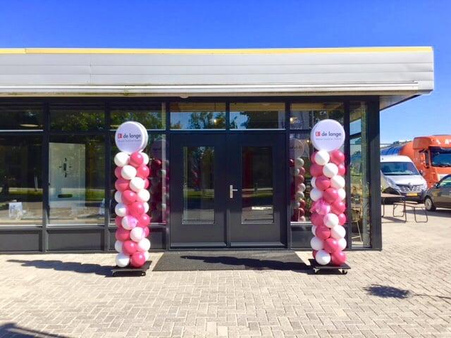Ballonnenpilaar kleurt opening nieuwe showroom