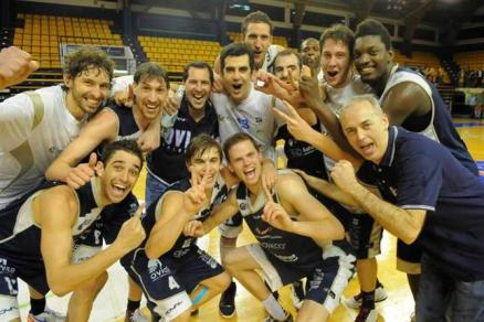 Los jugadores de Unión Financiera Asturiana celebran el ascenso. Foto Oviedo Baloncesto