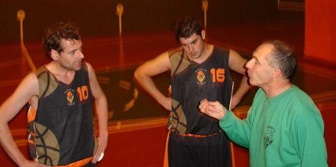 Los jugadores escuchan atentos al entrenador. Foto Eldana CB
