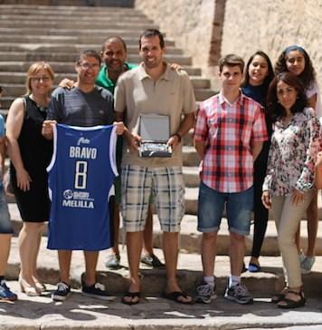 Bravo junto a miembros de la Peña Pitufilla. Foto http://www.clubmelillabaloncesto.org