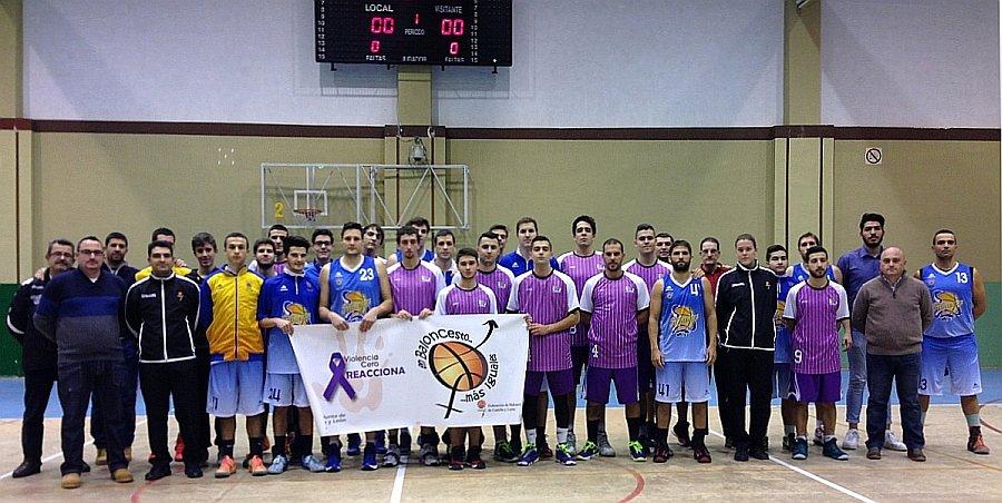 Imagen de jugadores y técnicos de Agua de Mar CB Palencia y Filipenses, junto a los colegiados para la campaña #YoDigoCero a la Violencia de Género de la FBCYL. Foto CB Palencia.