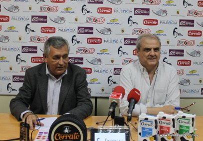 Fernando Martínez Zulaica y Gonzalo García explicando la inscripción en la ACB