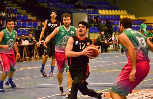 Alonso Ruiz entra a canasta. Foto Baloncesto Venta de Baños